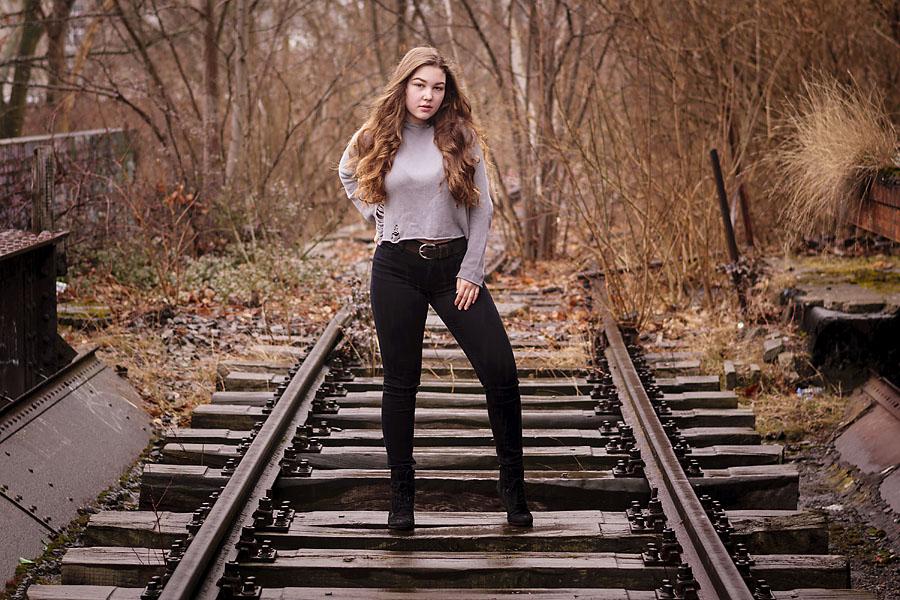 Isabelle steht auf den Schienen | Peter R. Stuhlmann Fotografie