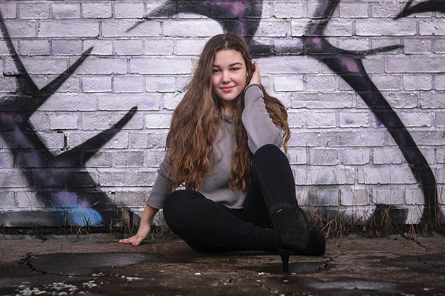Isabelle sitzt an einer Graffiti-Wand. | TfP-Shooting S-Bhf Siemensstadt || Peter R. Stuhlmann Fotografie