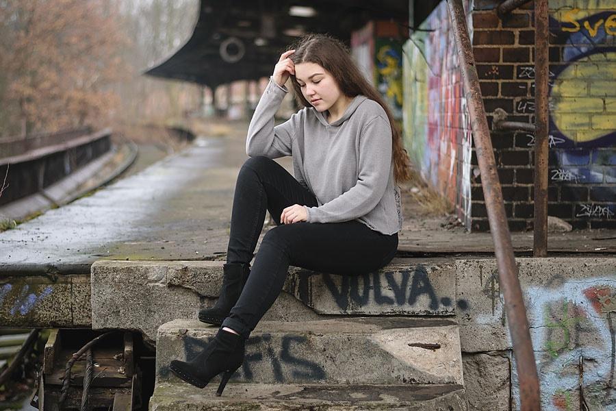 Isabelle sitzt auf den Stufen am Bahnsteig. | TfP-Shooting am S-Bhf Siemensstadt | Peter R. Stuhlmann Fotografie